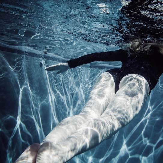 supefamous-foto-gratis-nadando